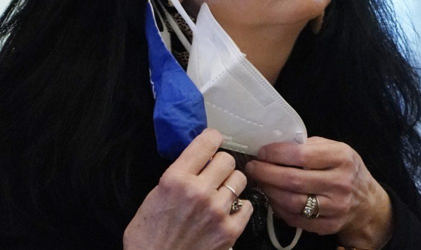 Usar doble cubrebocas es más efectivo contra Covid: estudio