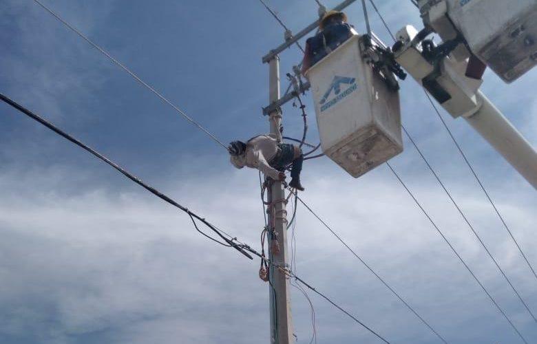 Empleado de CFE sufre descarga eléctrica