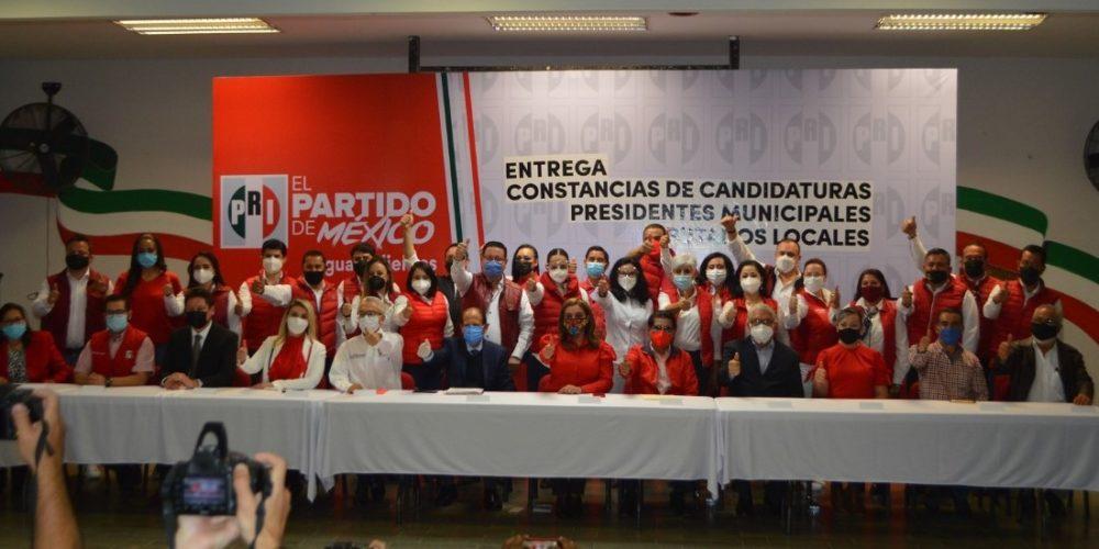 Entrega PRI constancias a candidatos a alcaldes y diputados