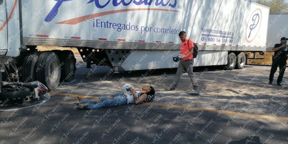 Trailero dio una vuelta prohibida y casi mata a pareja de motociclistas en la 45 Sur