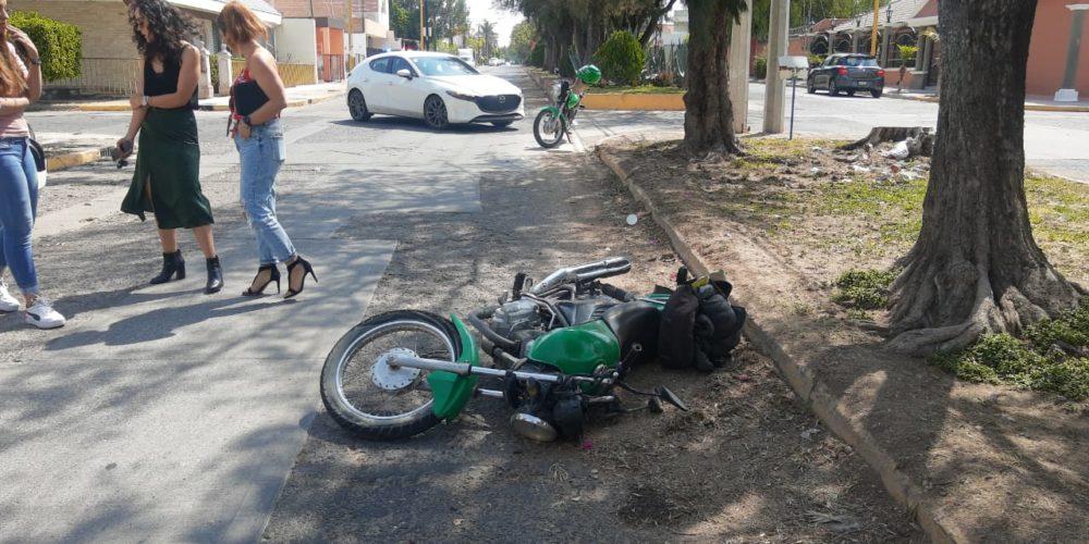 Motociclista se impacta con auto que se atravesó a su paso