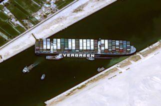 Casi 240 barcos están varados por bloqueo en el canal de Suez
