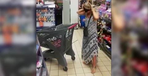 (VIDEO) Mujer se quita la tanga y la usa como cubrebocas en supermercado