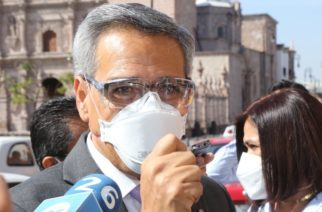 """""""No está en mis manos el control en aplicación de vacunas"""", responde Piza a molestos ciudadanos que lo encararon"""