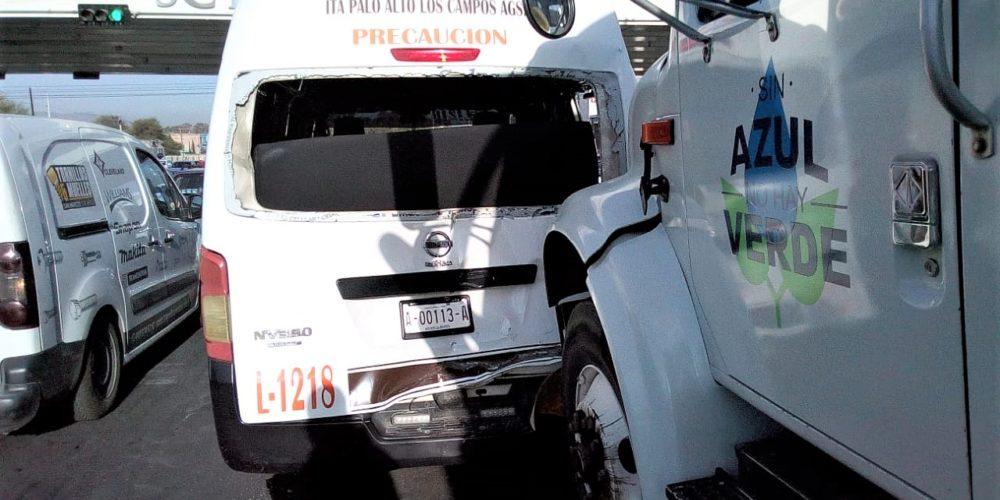 Choque entre pipa, combi y un automóvil deja tres heridos