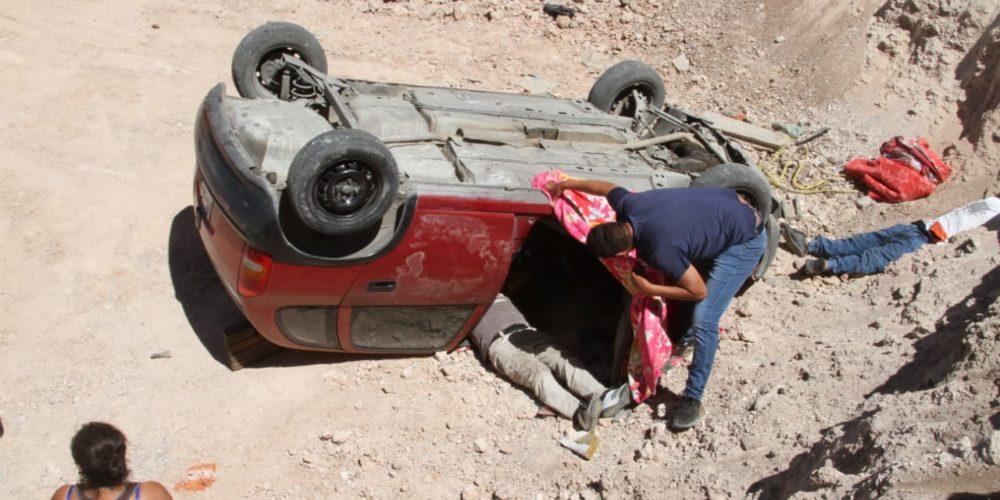 Cae vehículo a una excavación de 7 metros de profundidad en Aguascalientes
