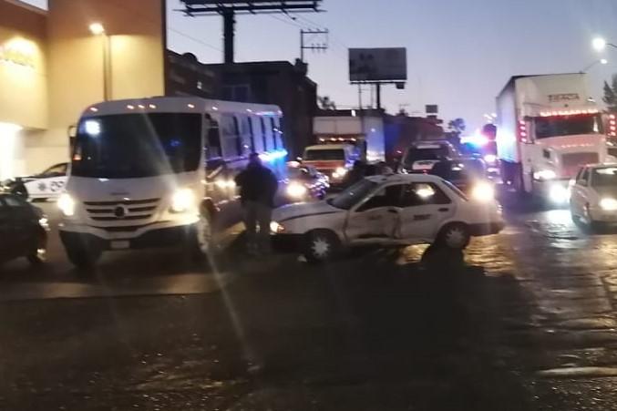Conductor se pasó el alto y chocó contra un taxi
