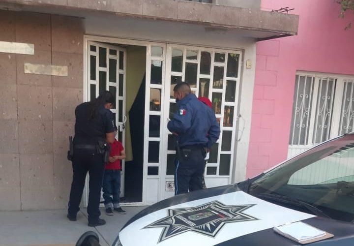 Policías resguardan a menor extraviado