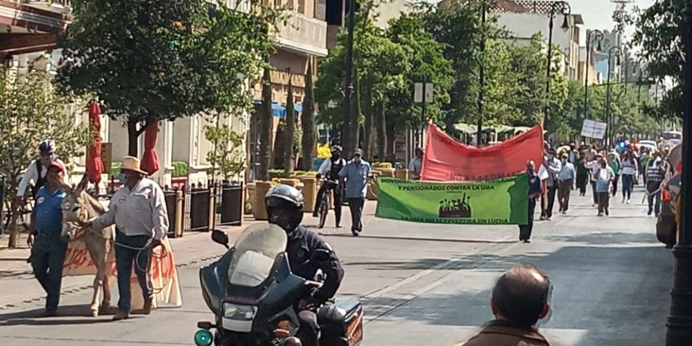 Marchan contra cambio en pago de pensiones en Aguascalientes