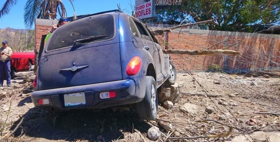 Conductor perdió el control del volante y su acompañante salió herido en Calvillo
