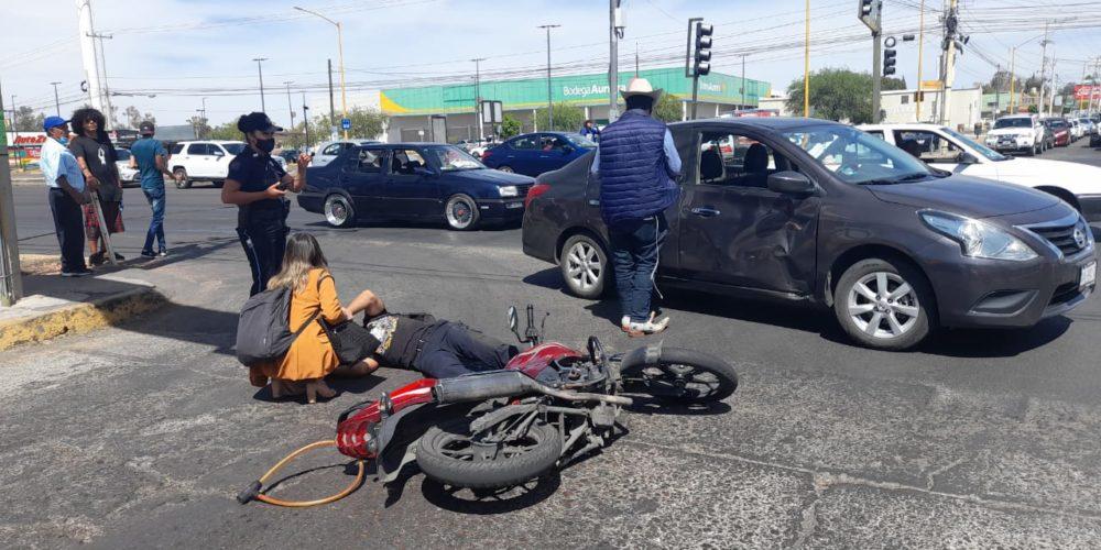 Desigual encontronazo entre una moto y un auto deja un lesionado