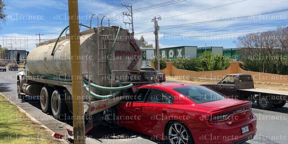 Borracho destrozó su vehículo al chocar contra pipa en la 45 Norte