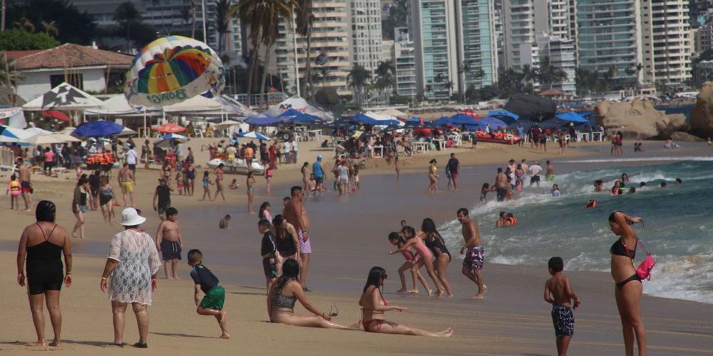 ACAPULCO, GUERRERO, 15MARZO2021.- Las playas de Acapulco estuvieron abarrotadas durante este fin de semana largo. El puerto registró hasta un 48% de ocupación hotelera.  FOTO: CARLOS ALBERTO CARBAJAL/CUARTOSCURO.COM