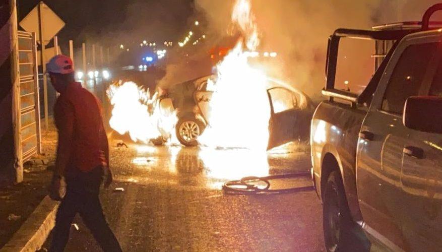 Mujer chocó en la 45 norte, su vehículo se incendió y vive de milagro