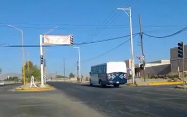 Camión YOVOY se pasa el alto en Loma Bonita