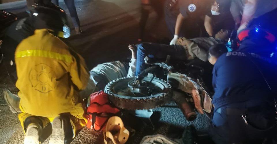 Se impactan 2 motocicletas de frente en Cumbres III; hay 4 lesionados