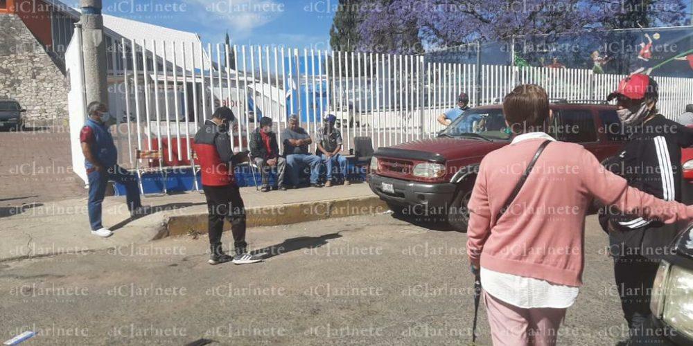 Adultos y familiares se resisten a dejar las filas para recibir fichas de vacunación