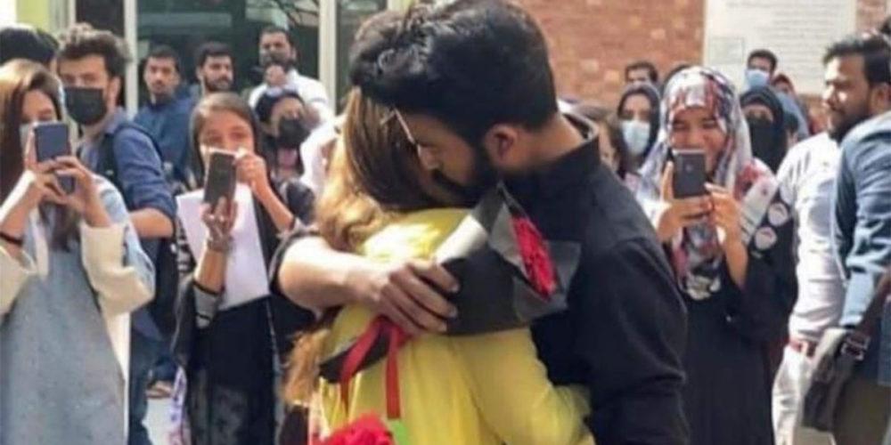 (VIDEO) Alumna pide matrimonio a su novio dentro de la universidad y los expulsan