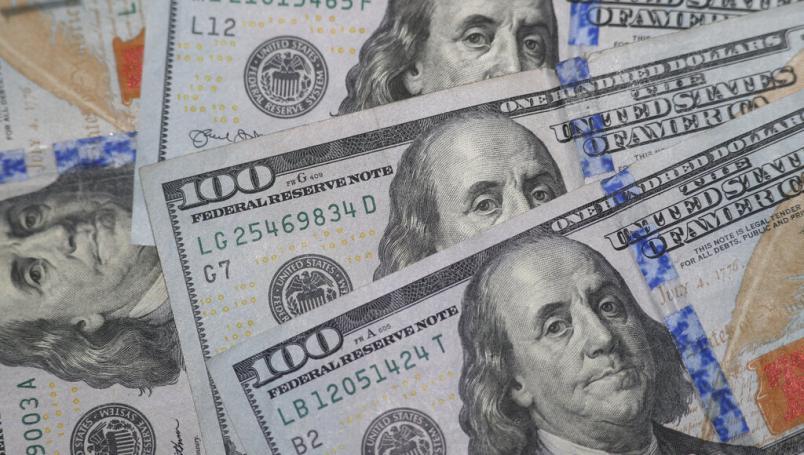 Hombre olvida 100 mil pesos en su chamarra al donarla a una tienda