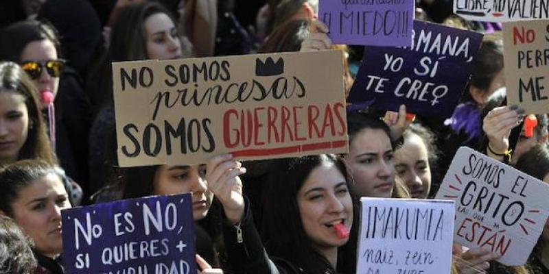 Chocan grupos de mujeres por movimientos feministas