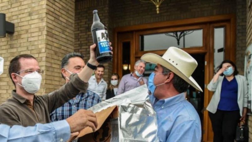 Alcalde de Monclova regala cartón de 'caguamas' a Ricardo Anaya