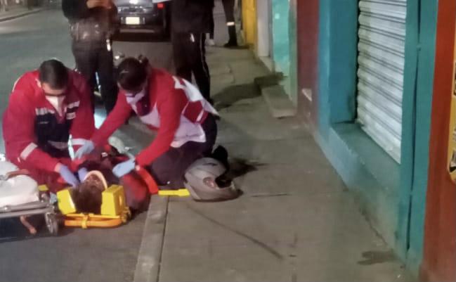 Joven está grave tras caer de su motocicleta en la zona centro