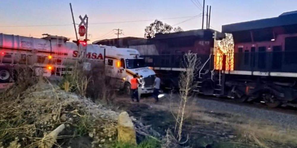 (Video)El tren arrolla a una pipa cargada con diésel en Aguascalientes