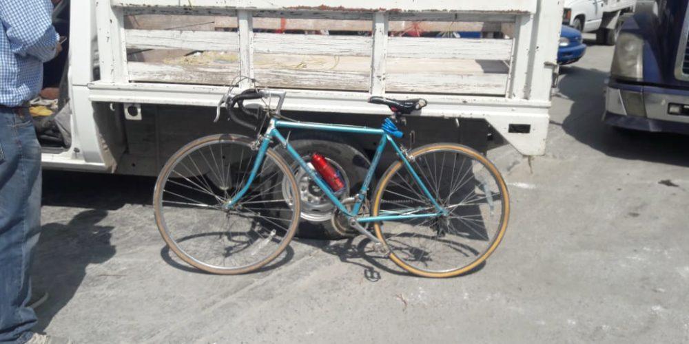Choque entre una camioneta y una bicicleta deja saldo de un lesionado