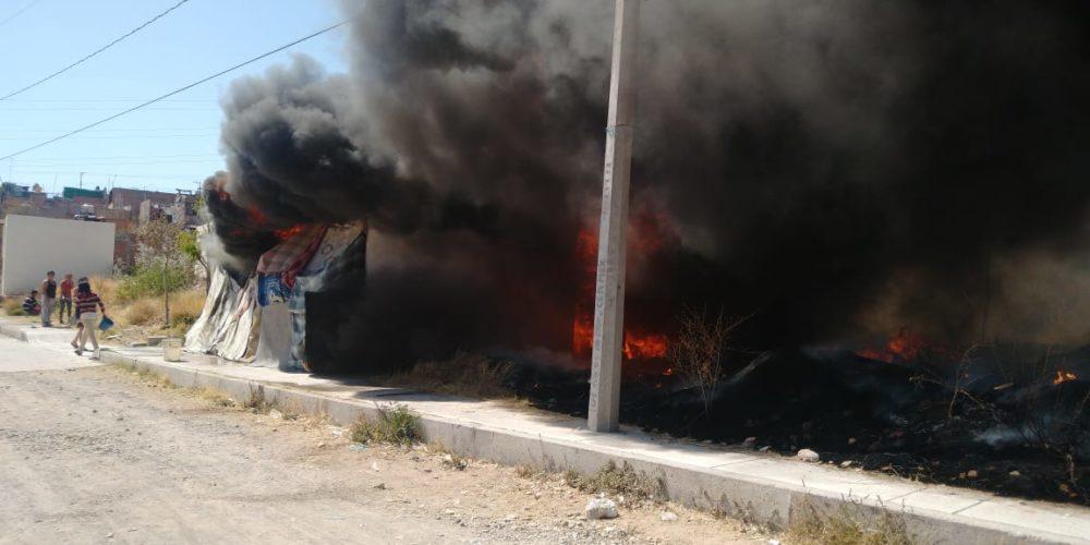 Se registra aparatoso incendio en Los Pericos