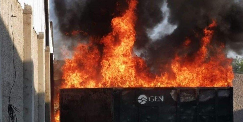Incendio de pasto seco se extiende a fábrica y deja daños materiales