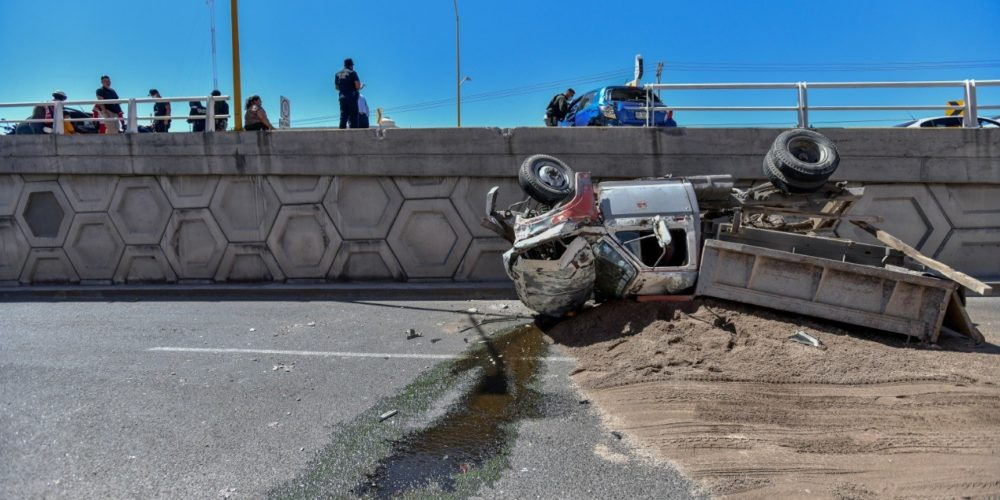 Cae camión de carga de puente vehicular en Aguascalientes