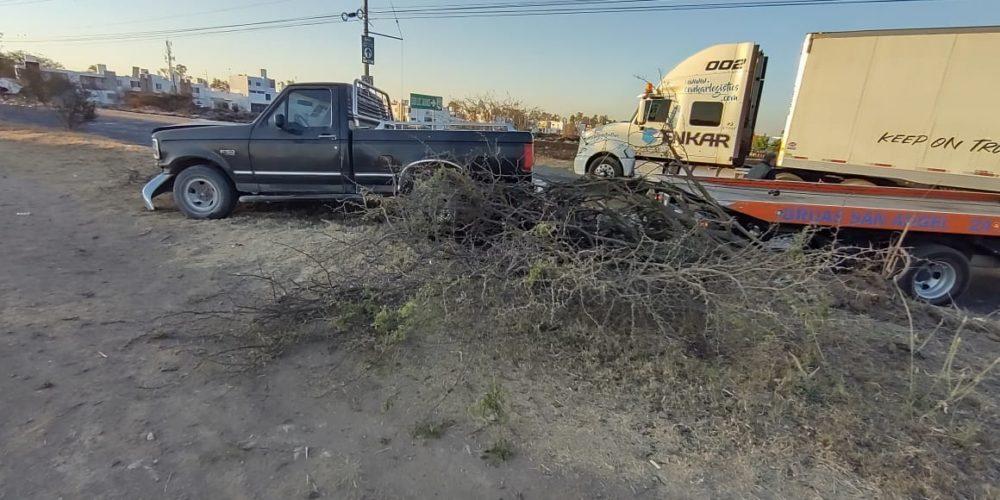 José de Jesús impactó su camioneta contra un árbol