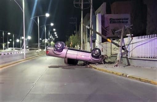 Borracho volcó su camioneta en el fraccionamiento Del Valle