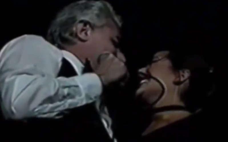 Filtran video de Enrique Guzmán besando a Alejandra Guzmán en la boca