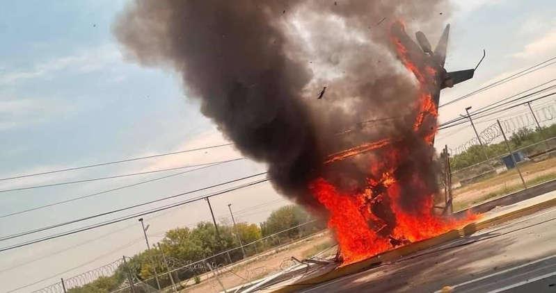 (Video)Helicóptero cae y se incendia en la carretera a Laredo