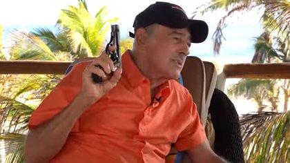 (VIDEO) Andrés García dispara su arma en plena entrevista con Yordi Rosado