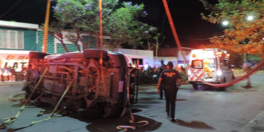 Ambulancia de Cruz Roja iba a una emergencia, fue impactada por un vehículo y volcó en la Insurgentes