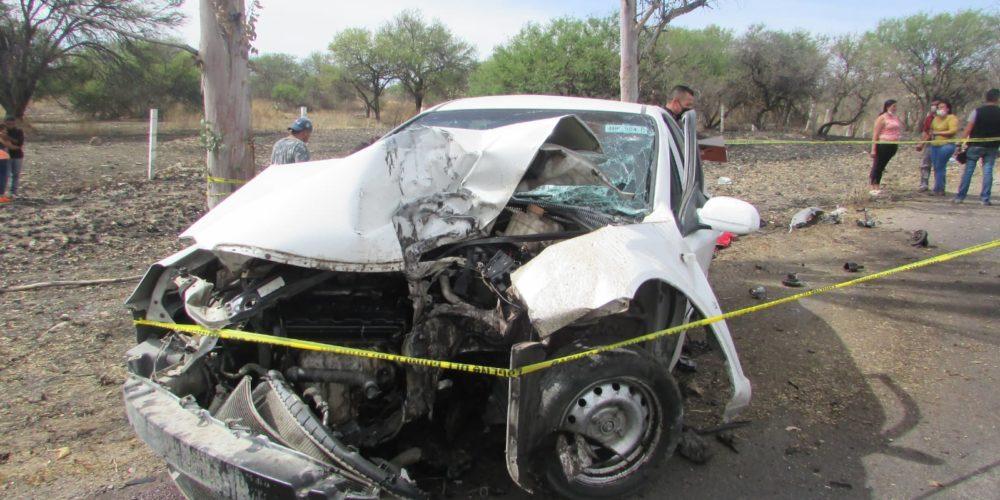 Se mata mujer al chocar contra un árbol en la carretera al Salto de Los Salado