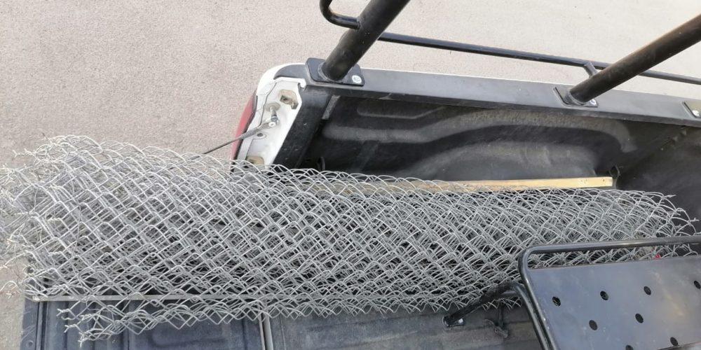 Detienen a ladrones que cargaban con una malla ciclónica