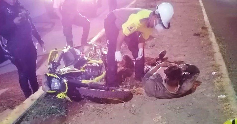 Motociclista se impacta contra un camellón y termina hospitalizado en SFR
