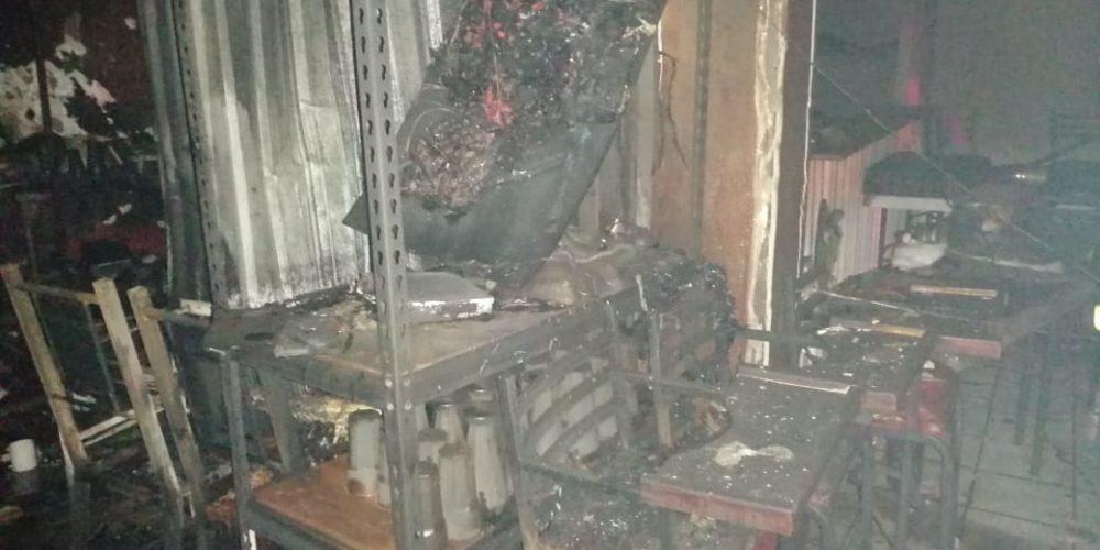 Flamazo provoca incendio en negocio de hamburguesas en Jesús María