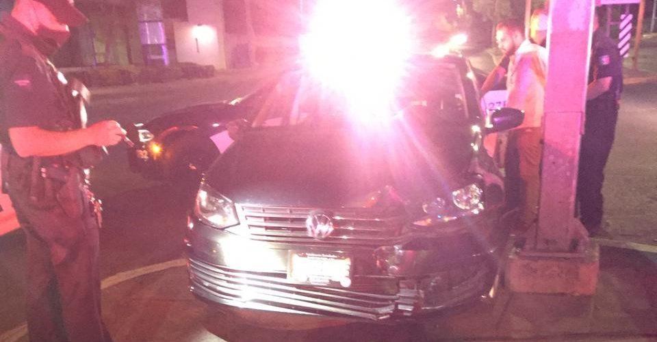 Borracho conductor se impactó contra un semáforo en Av. Aguascalientes
