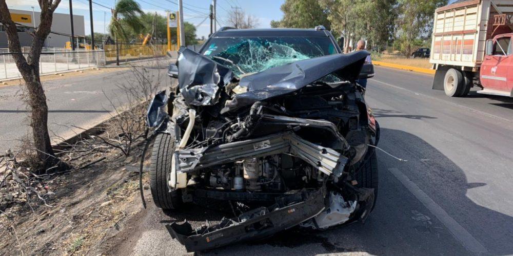 Conductor se estrella atrás de un camión en el libramiento a Calvillo