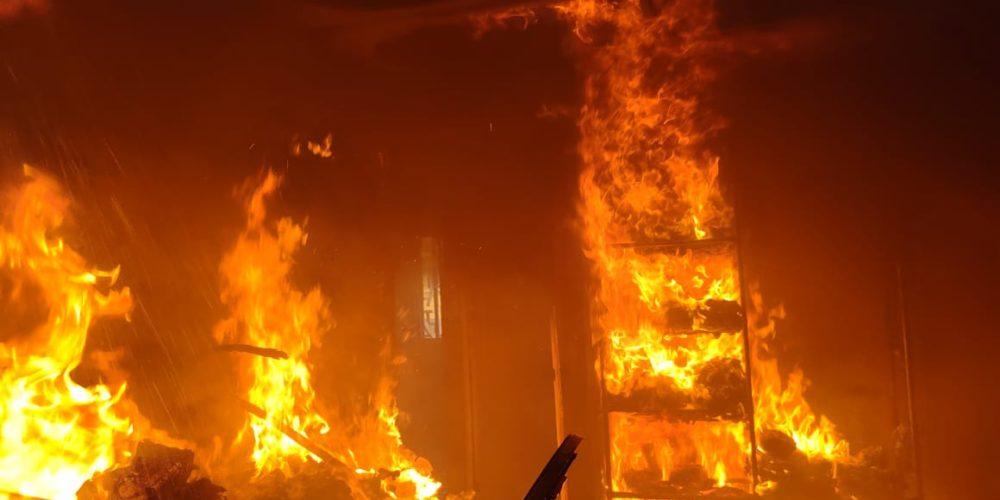 Incendio consume habitación de una casa en Villa de las Fuentes