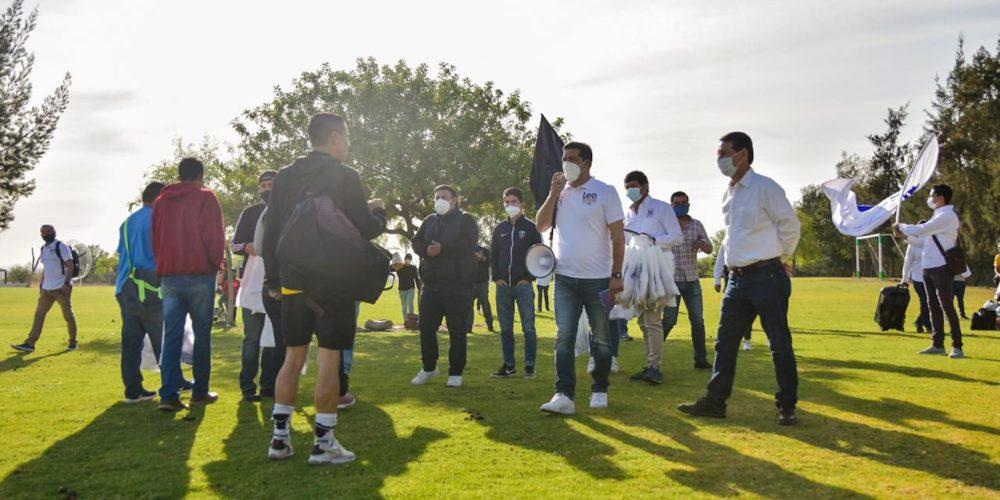 Leo Montañez se reúne con deportistas en Loma Bonita