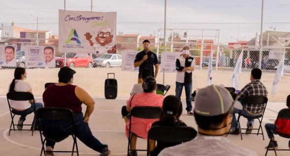 Ricardo Franco escucha a vecinos de Valle de los Cactus