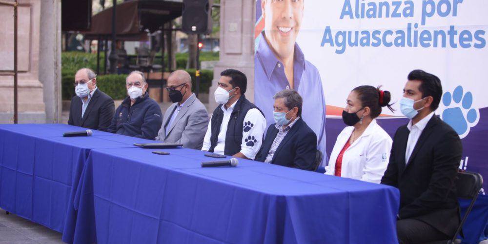 Leo Montañez firma alianza a favor de la salud