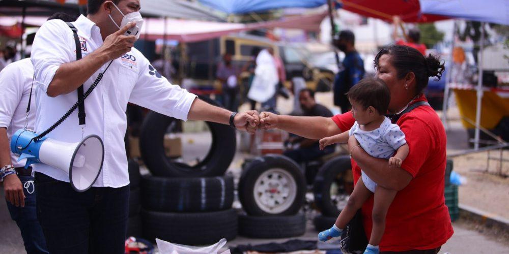 Leo Montañez visita a vecinos del Solidaridad III