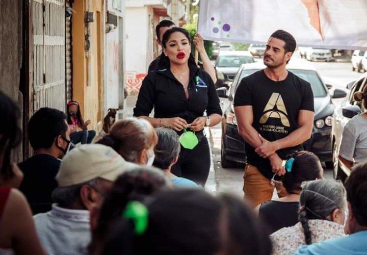 Ricardo Franco charla con adultos mayores en La Barranca
