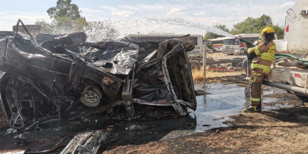 Incendio de pasto seco alcanza a una pensión y daña varios vehículos